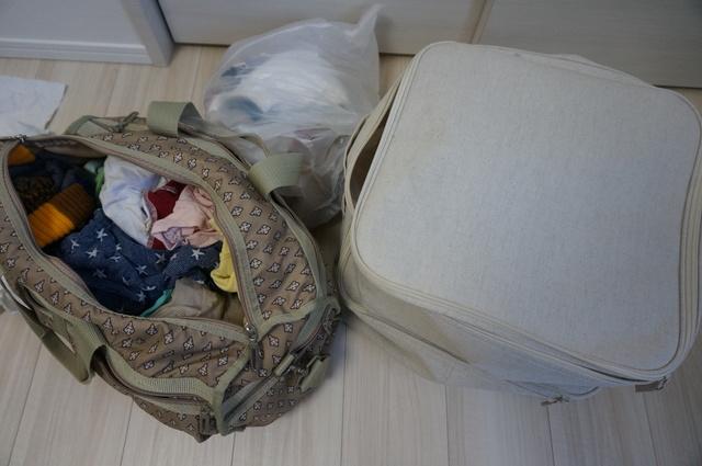 バッグや袋に仕舞われた子供服