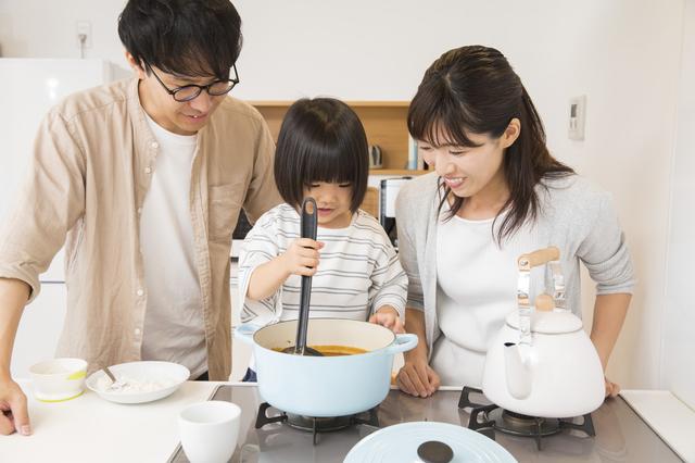 親子で料理を作る