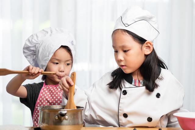 料理する子どもたち
