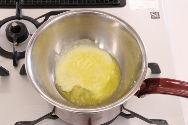 材料を湯煎で溶かす