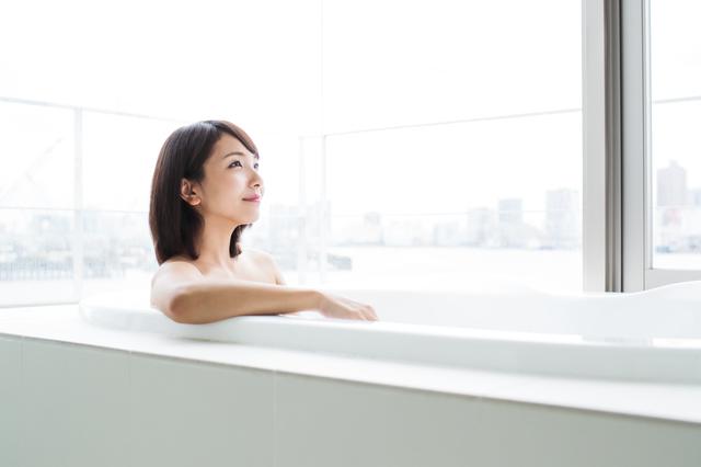 湯船に入る女性
