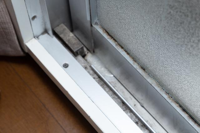 汚れた窓サッシ
