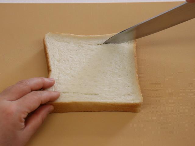 食パンに切り込みを入れる