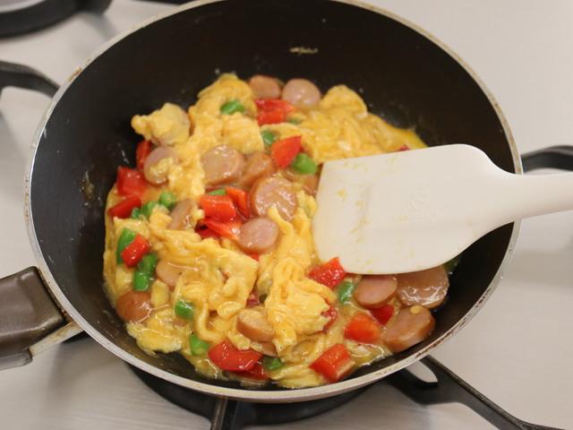 卵が半熟になるまで火を通す