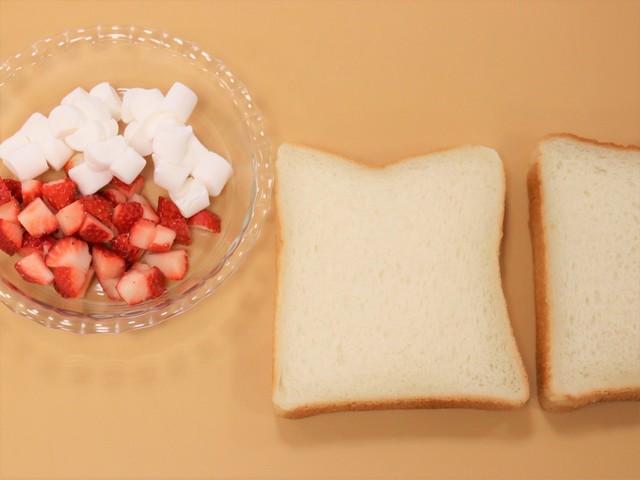 イチゴ・マシュマロを切る