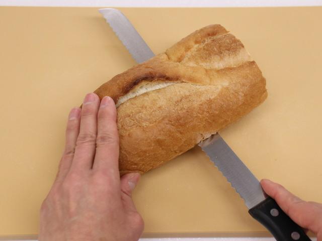 フランスパンを横半分に切る
