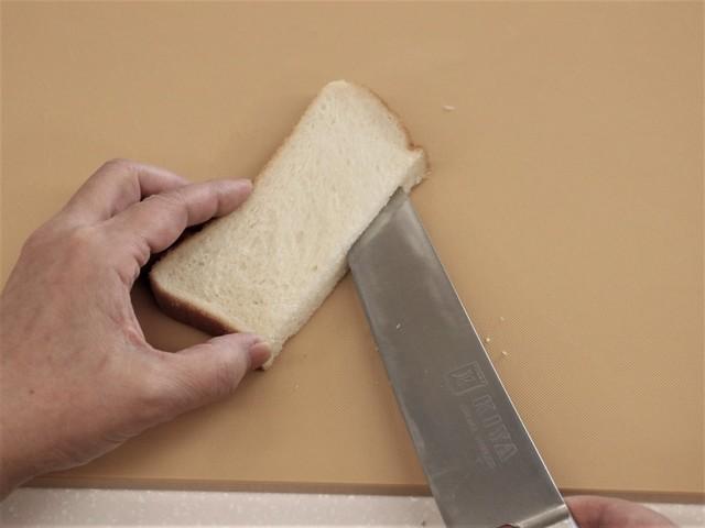 半分に切った食パンに切り込みを入れる