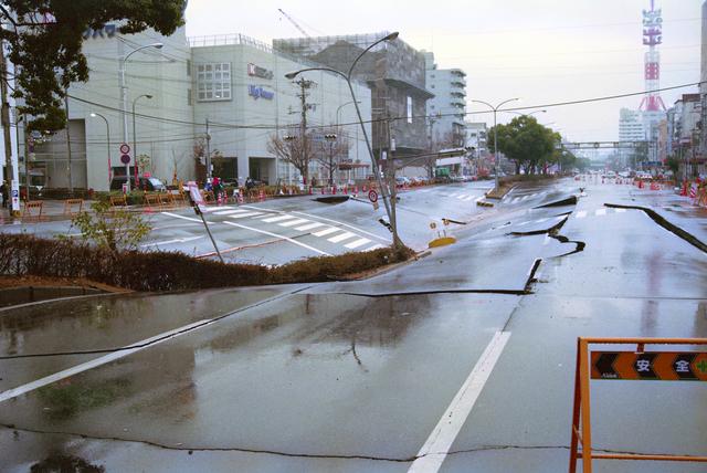 地震で割れた道路