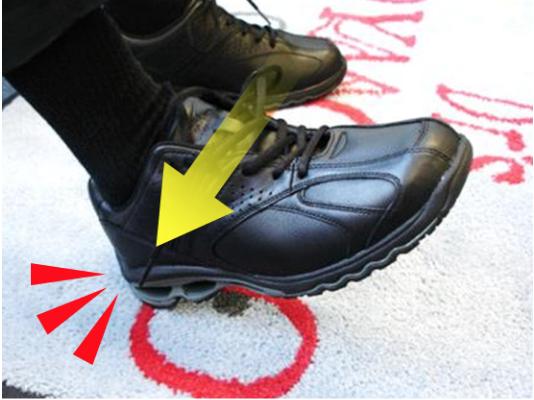 かかとを床につけ、足のかかとがしっかり収まるように履く。