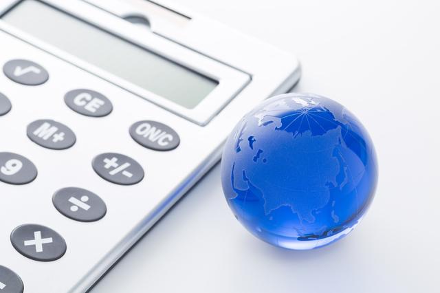 電卓と地球儀