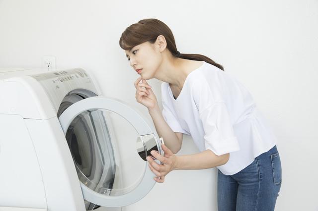 洗濯機を覗き込む女性