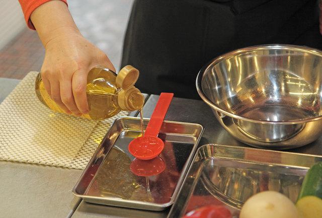 スプーンを固定して調味料を測る