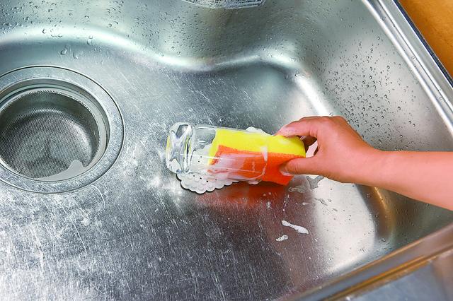 コップを吸盤ホルダーに張り付けて洗う