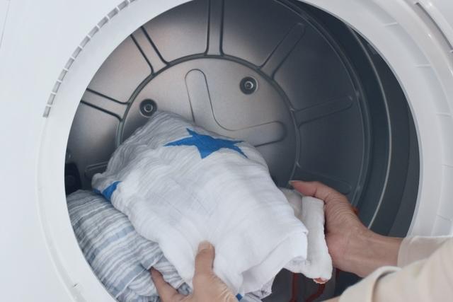 洗濯物を乾太くんに入れる