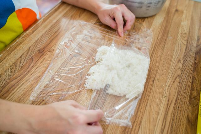 均一な厚みにしてご飯をラップで包む