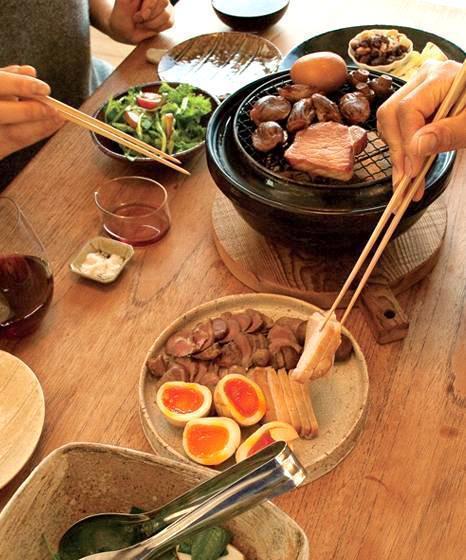 食卓で燻製を楽しむ
