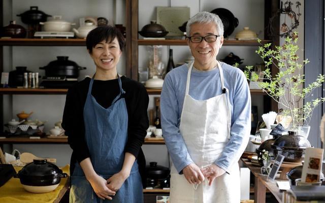 「長谷園 東京店イガモノ」店長の長谷伊佐子さん(左)と、土鍋コーディネーターの竹村謙二さん(右)