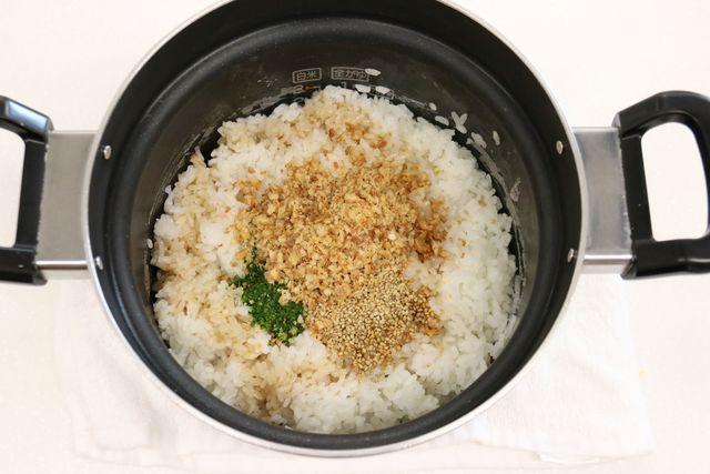 炊きあがったご飯に具材を加えて混ぜ合わせる