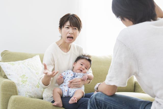 赤ちゃんを抱いて言い合う女性