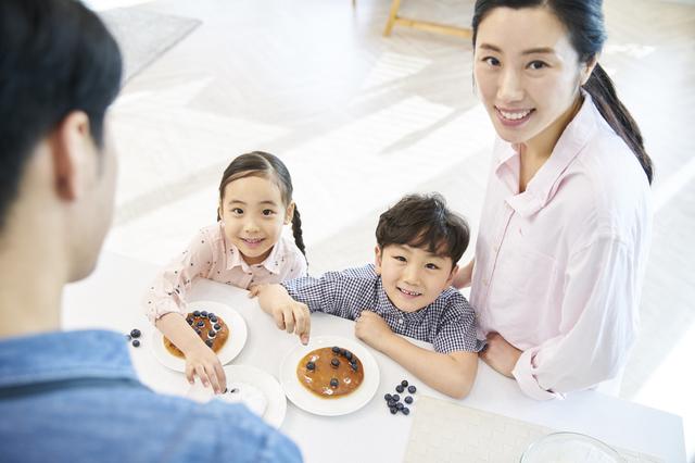 パンケーキにトッピングをする子どもたち