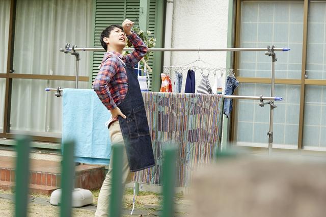 洗濯物を干し終えた男性