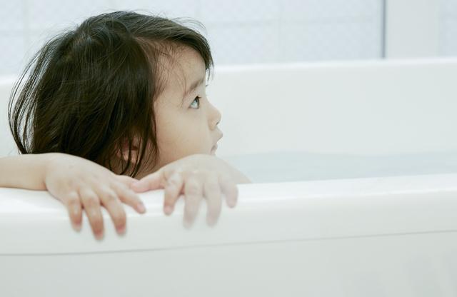 お風呂に入る子ども
