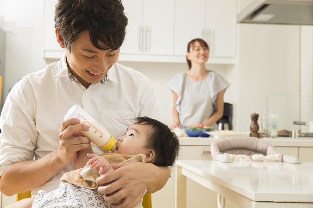 赤ちゃんにミルクをあげる男性