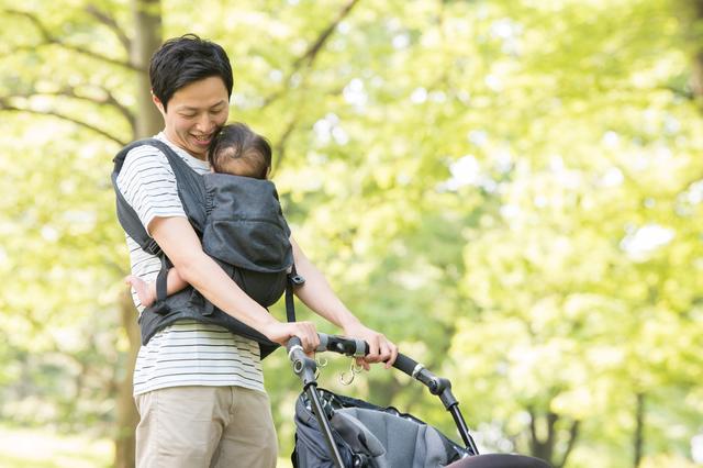 赤ちゃんと散歩する男性
