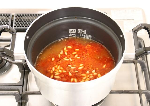 松の実を加えて自動炊飯機能で炊く