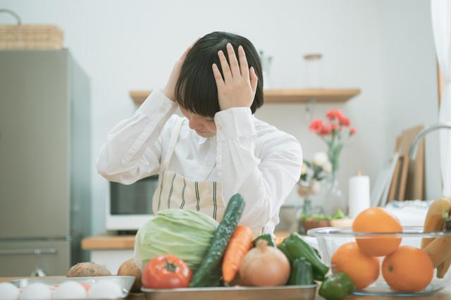 野菜を前に頭を抱える人