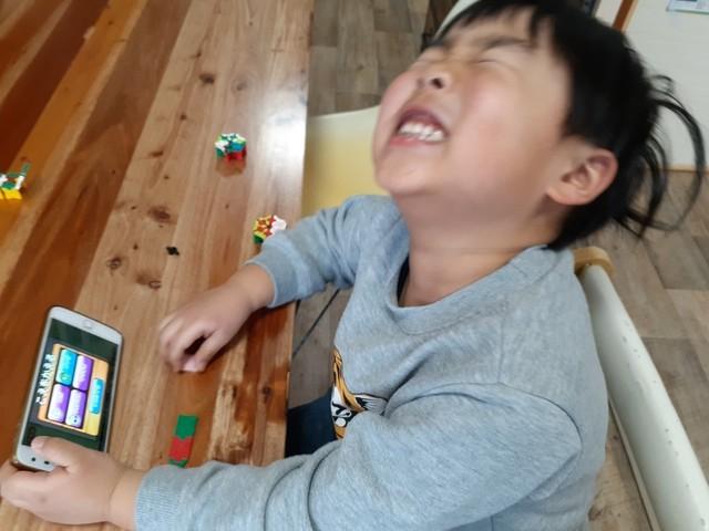 ボイスチェンジ機能を楽しむ子ども