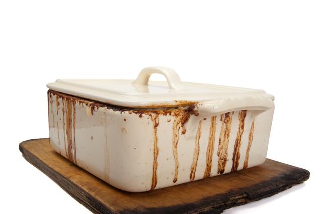汚れのついた琺瑯の食器