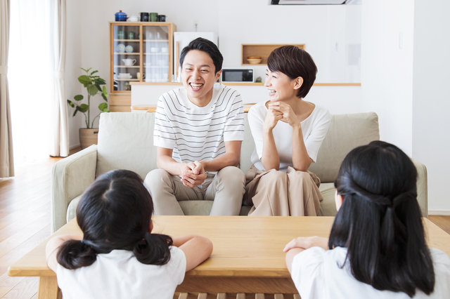 家族で会話を楽しむ