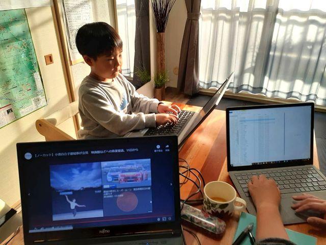 動画を見る子どもたちと同じテーブルで仕事をする