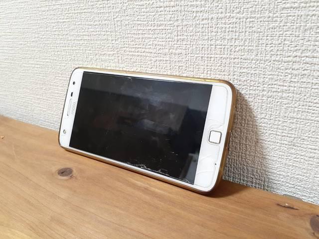 壁に立て掛けたスマートフォン