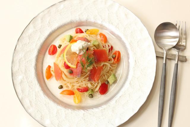 スモークサーモンとトマトアボカドの冷製パスタ