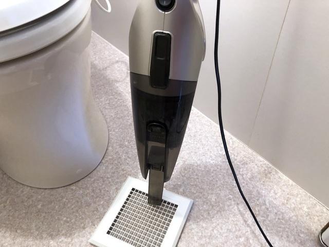 カバーや換気扇内のホコリを掃除機で吸い取る