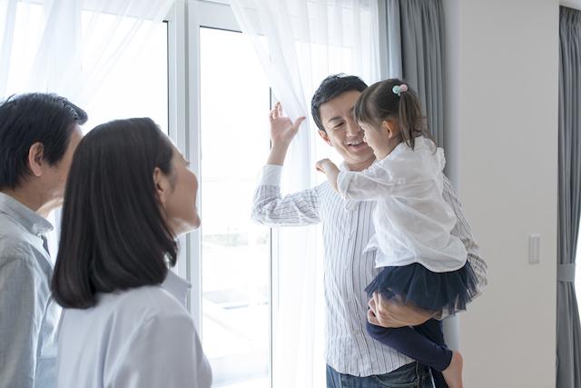 窓際に立つ家族