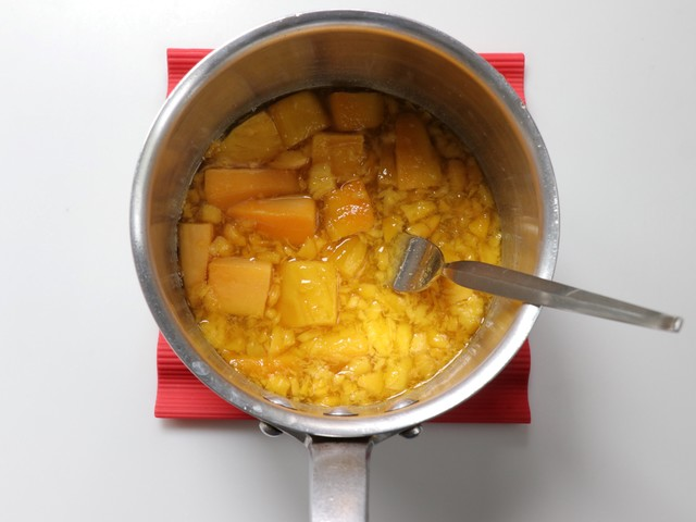 マンゴーの半量を潰す