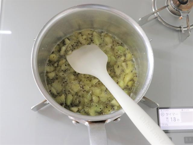 キウイフルーツを潰しながら煮る