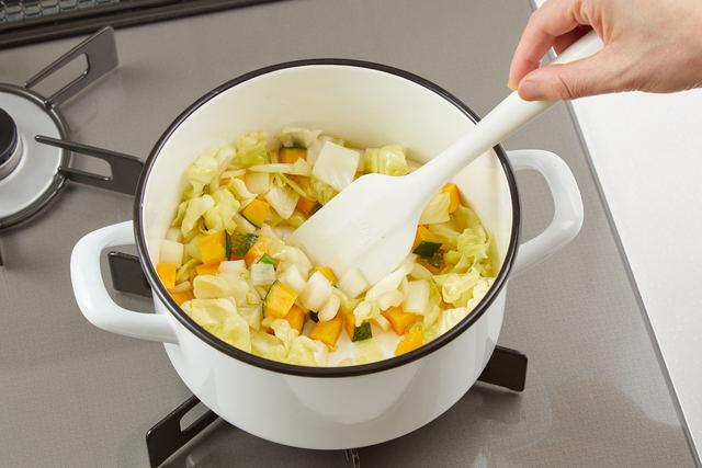 鍋で具材を炒める
