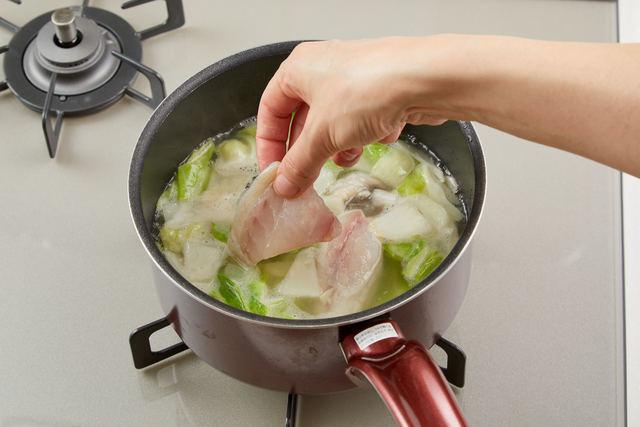 白身魚を加えて煮る