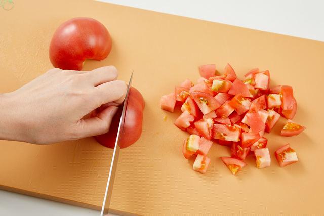 トマトを1cm角に切る