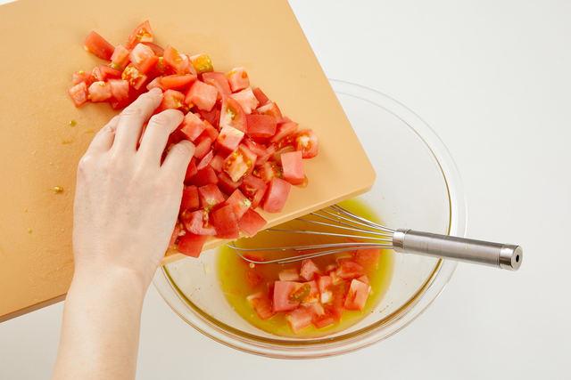 トマトを加えて混ぜ、冷蔵庫で冷やす