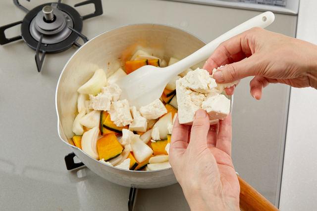 豆腐を手で崩して入れる