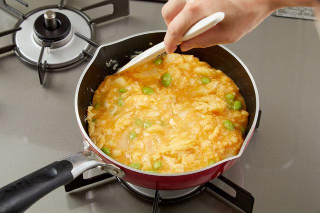 大きく混ぜながら焼き、半熟状になったらふたをして加熱する
