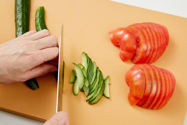キュウリ・トマトを切る