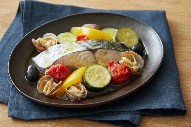 「魚介と夏野菜のワイン蒸し」