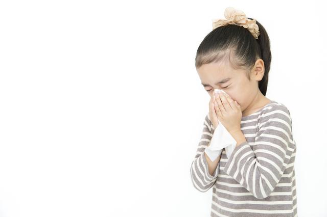 鼻をかむ子ども