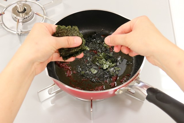 焼きのりを細かくちぎりながら加えて混ぜる